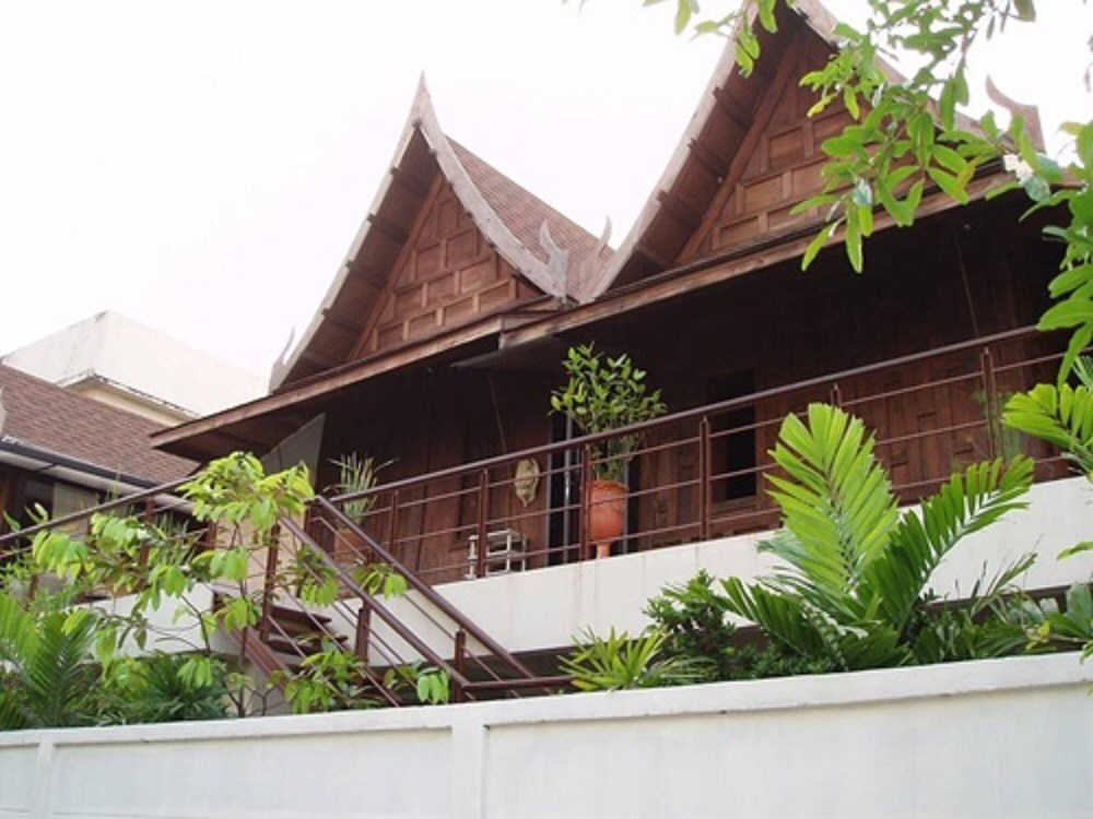 For SaleHouseRatchadapisek, Huaikwang, Suttisan : Selling a 2-storey Thai house, area 61 sq m, with a small garden behind Kasikorn Bank, Ratchadaphisek 15