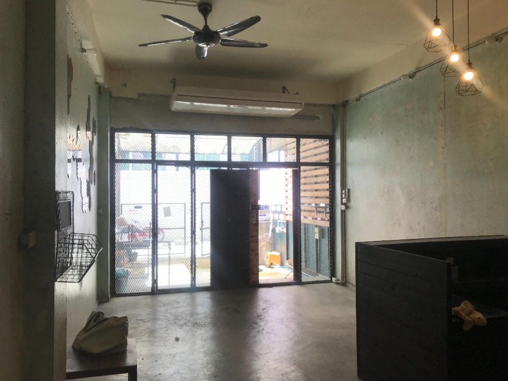 For RentShophouseSilom, Saladaeng, Bangrak : 4-storey commercial building for rent in Soi Phiphat 2, behind the St. Joseph Convent School, near BTS Saladaeng, only 350 meters.