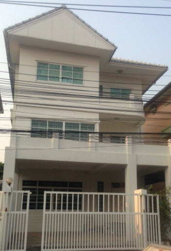 For RentTownhouseLadprao 48, Chokchai 4, Ladprao 71 : Townhome for rent, 3 floors, 50 square meters, Pracharat Bamphen Road 26 (Soi Ladprao 80 Intersection 22), near MRT Sutthisan.