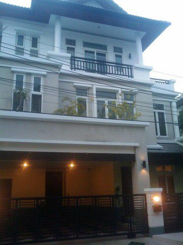 For RentHouseRatchadapisek, Huaikwang, Suttisan : BH563 House for rent, 3 floors, 4 bedrooms, 5 bathrooms, Areeya Casa Ratchada, Ratchada Village, Areeya Casa Ratchada, Wang Thonglang, 70,000 baht per month.