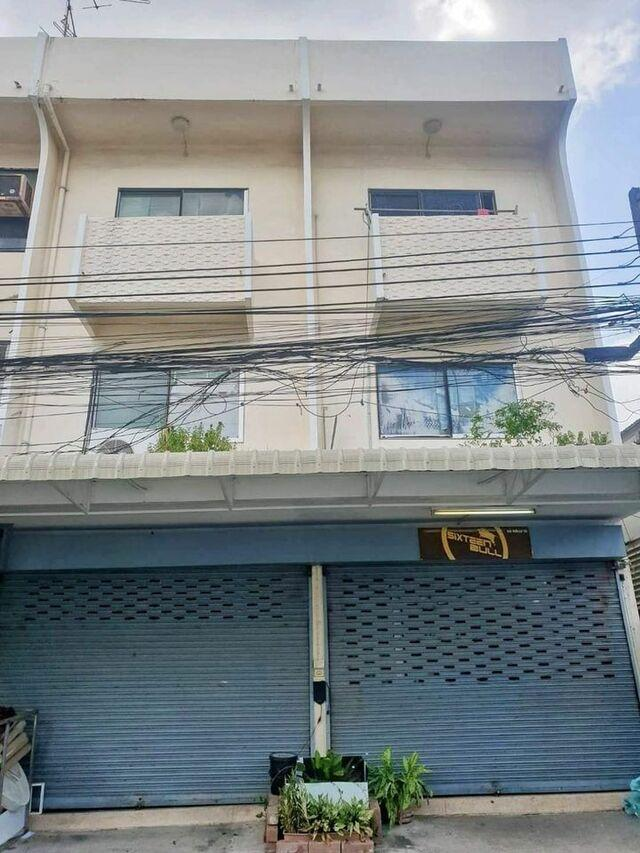 For RentShophouseLadprao, Central Ladprao : Rent a 3-storey commercial building, 2 booths, near Ratchada intersection. Usable area 300 sq m. *** Just 300 meters away from MRT Lat Phrao
