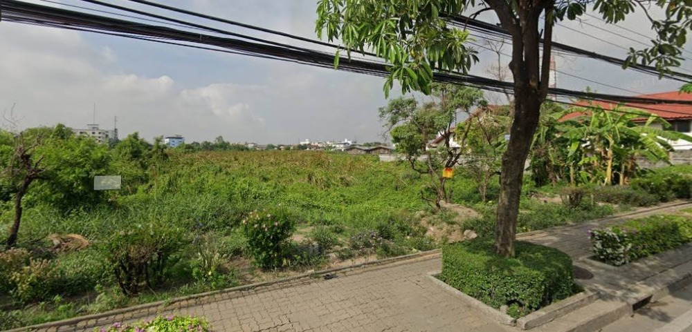 For SaleLandLadkrabang, Suwannaphum Airport : A large plot of land for sale, beautiful plot on the main road, On Nut 88, Sukhumvit 77.