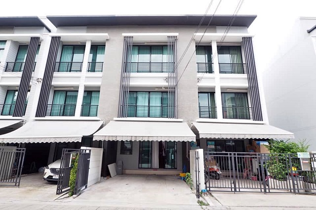 For RentTownhouseRama9, RCA, Petchaburi : HR533 3-storey townhome for rent, central village, Rama 9, Ramkhamhaeng, newly decorated in modern casual style, ready to move in.