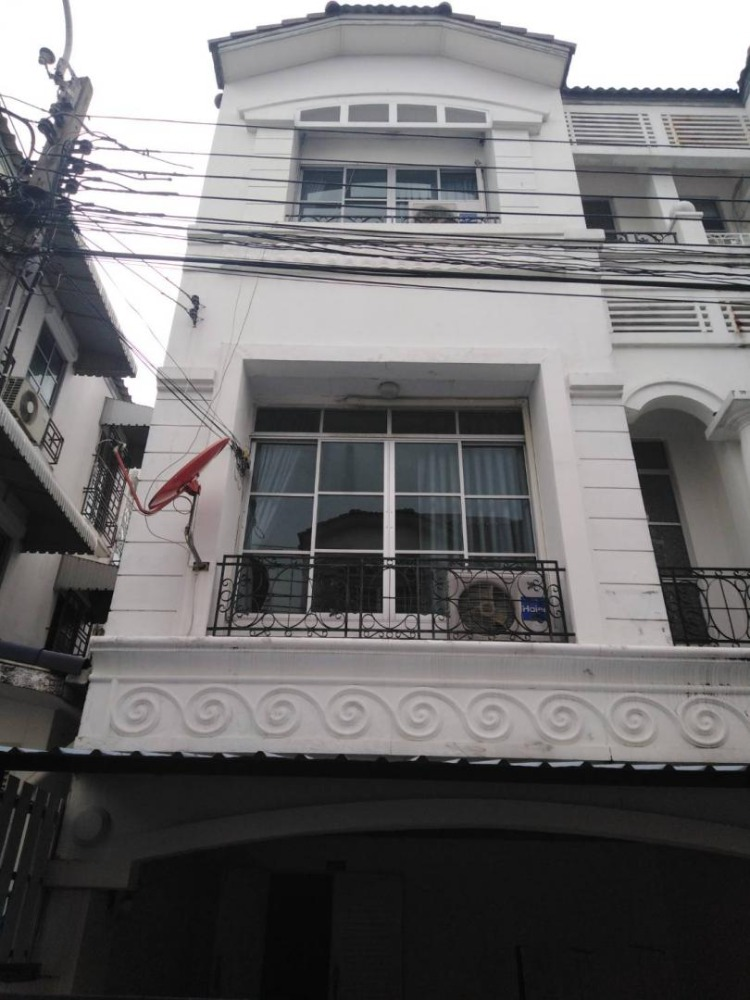 For RentTownhouseLadprao, Central Ladprao : BH586 Townhome for rent, 3.5 floors, 3 bedrooms, 4 bathrooms, Baan Klang Muang, Yothin Pattana project. Behind Central East Ville, Ladprao District, rental price 23,000 baht / month