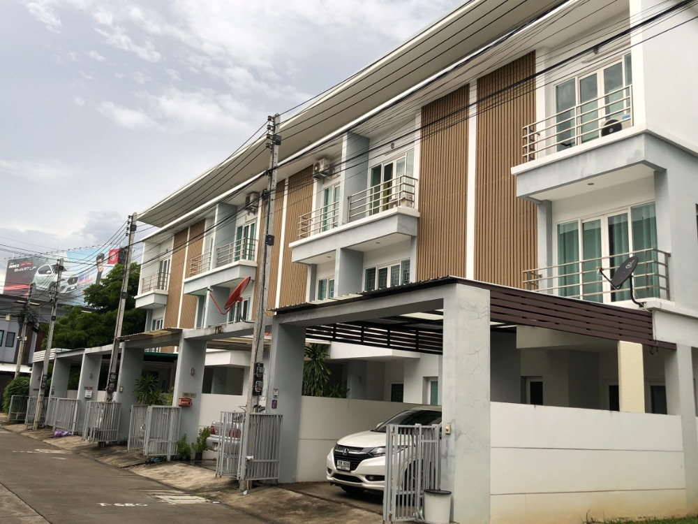 For SaleTownhouseChiang Mai, Chiang Rai : Urgent sale best price (best price in the project) townhome 3 floors, the Urbana village 3+, next to the road. Super-highway, Chiang Mai