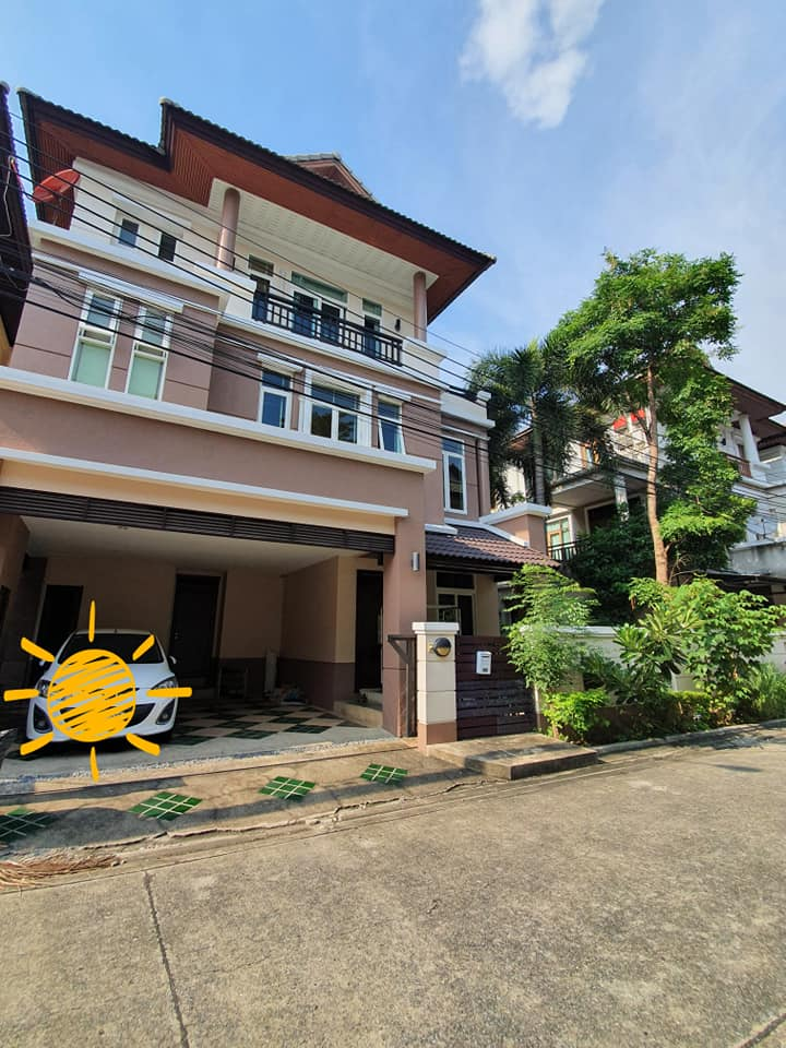 For RentHouseRatchadapisek, Huaikwang, Suttisan : House for rent, 3 floors, fully furnished, near MRT Sutthisan 1.9 km.