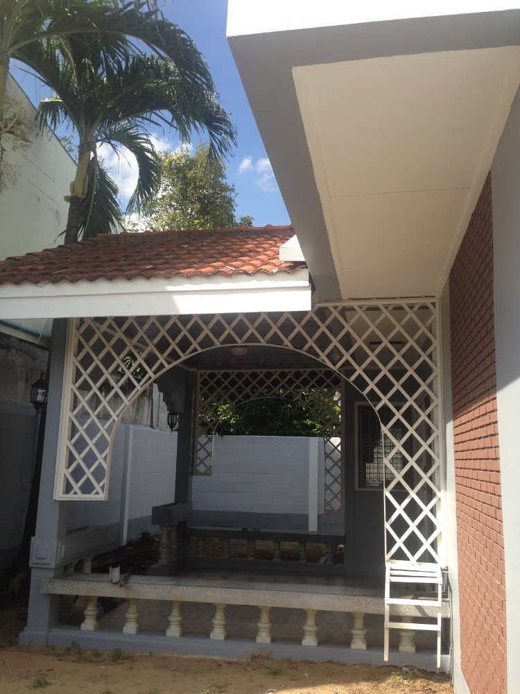 For RentHouseLadprao, Central Ladprao : For rent, a 2-storey house, 58 sq m, Ladprao, suitable for office 7-11 or living in the area of 18,500 baht, can be rented for 1 Nov 63