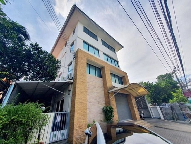 For RentOfficeYothinpattana,CDC : Office for rent 4 floors along Ramindra Expressway near CDC, parking for 10 cars, fully furnished.