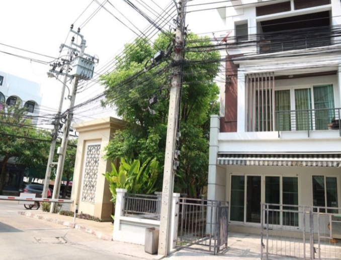 For RentTownhouseLadprao, Central Ladprao : 3-storey townhome for rent Baan Klang Muang Urbanion Ladprao Sena Soi Lat Pla Khao 12 Corner house with 3 bedrooms, 3 bathrooms, rental fee 24,500 baht.