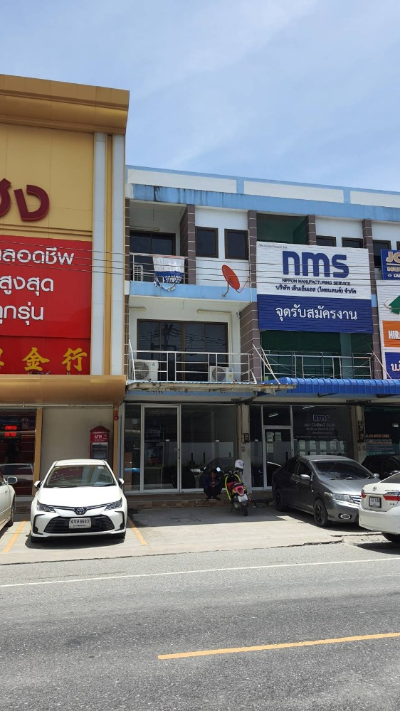 For SaleShophouseChonburi, Pattaya, Bangsa : 3-storey commercial building for sale, very good feng shui location, next to gold and silver, in front of Amata Nakorn Industrial Estate, Chonburi, near Bangna-Trad Road