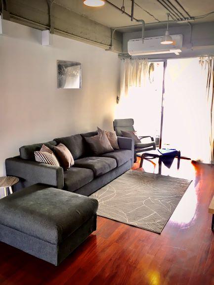 เช่าคอนโดสุขุมวิท อโศก ทองหล่อ : Loft Design Ekkamai Condo for Rent : 2 bedrooms 3 bedrooms for 155 sqm. This loft design apartment is 155 sqm with two bedroom and three bathrooms. It is designed with a large living room, spacious Western kitchen, and