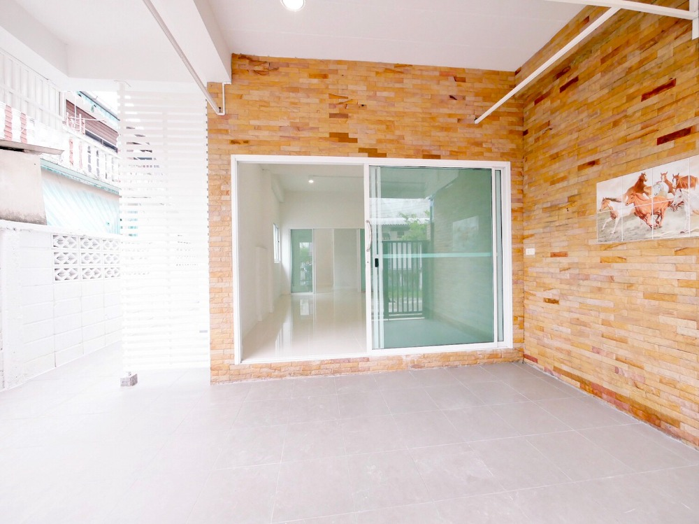 For SaleTownhouseLadkrabang, Suwannaphum Airport : House for sale in Chaloem Phra Kiat Rama 9 Soi 12.