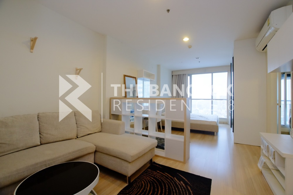 For RentCondoLadprao, Central Ladprao : Studio room 35 sq.m., rented 11,000 only, this price can not be obtained, just 190m. From MRT Lat Phrao.