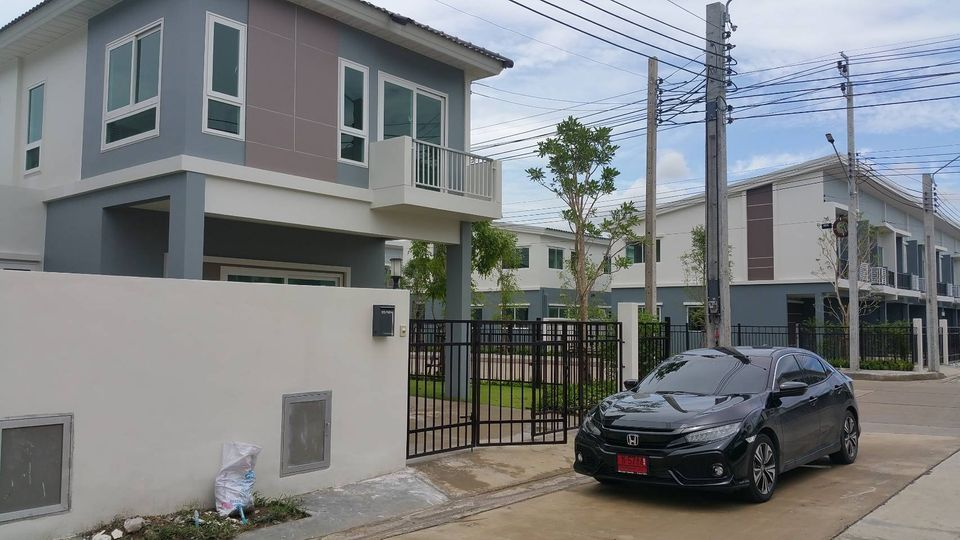 For RentHouseLadkrabang, Suwannaphum Airport : BH611 semi-detached house for rent. 2-storey detached house style, 3 bedrooms, 2 bathrooms, fully furnished, near Suwan Airport, Supalai Pride Bangna-Ladkrabang Village, Bang Sao Thong District, special price 16,000 (covit range)