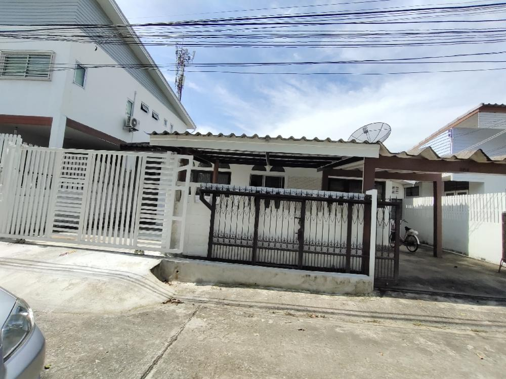 For RentHouseRatchadapisek, Huaikwang, Suttisan : Single house for rent 50 square wah, 3 bedrooms, 2 doors, large fence, easy access, Ratchada, Huay Kwang, Ladprao for rent 23,000