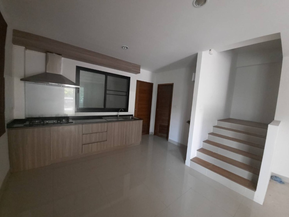 For SaleHousePattaya, Bangsaen, Chonburi : === Reduce, crush, reduce and reduce again !! From the normal price of 2,850,000 million baht === 💸 only 2,780,000 baht 💸 only free transfer‼ second-hand houses like new .. !! 2-storey townhome behind the corner with a wonderful atmosphere Surrounded by m