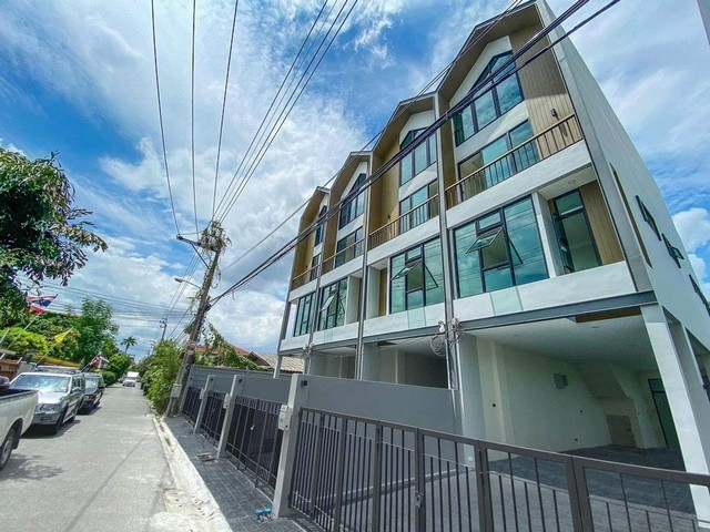 For SaleHome OfficeOnnut, Udomsuk : 4-storey home office for sale, Soi Sukhumvit 101, Tub 1, a new corner plot, never entered. Near BTS Udomsuk Near BTS Udomsuk