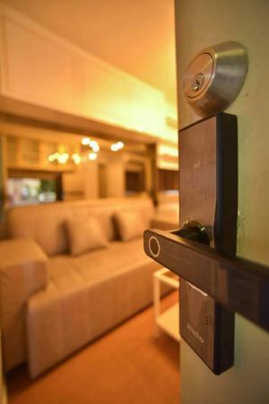 เช่าคอนโดรังสิต ธรรมศาสตร์ ปทุม : ให้เช่าคอนโด LPN ทาวน์ชิปรังสิตคลอง 1 Modern Luxury ห้องสตูดิโอ  Fully furnished เครื่องใช้ไฟฟ้าครบ ห้องใหม่  Bill in SB  Furniture กระเป๋าใบเดียวเข้าอยู่ได้เลย เดินทางสะดวก ใกล้ฟิวเจอร์พาร์ครังสิตใกล้ ม.กรุงเทพ ม.รังสิต ม.ธรรมศาสตร์ ขนาด 21.5 ตร.ม. อาคาร