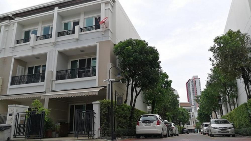 For SaleTownhouseSathorn, Narathiwat : Townhome for sale at Baan Klang Krung Sathorn area of 20 sq m, 3 storey high, behind the corner, the best view, 3 bedrooms, 3 bathrooms, air conditioning in every room, 2 car parks, very good home condition, ready to move in, good location, next to Charoe