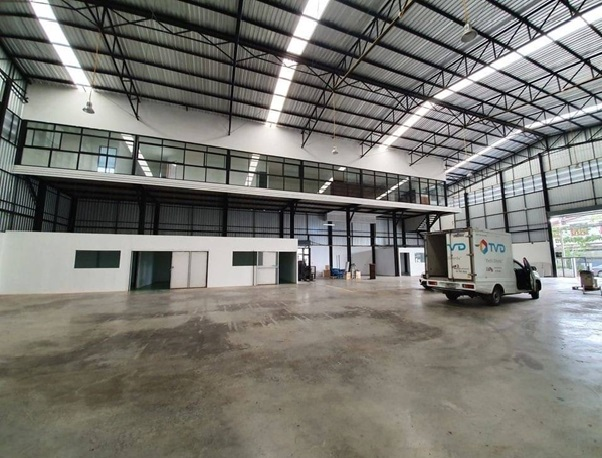 For RentWarehouseNawamin, Ramindra : Warehouse for rent with office, area 1,400 square meters, along Ramindra Road, near the expressway, all types of large vehicles, accessible