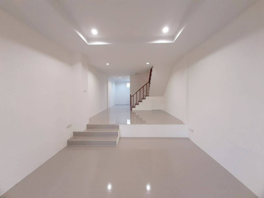 For SaleTownhouseLadprao 48, Chokchai 4, Ladprao 71 : Click !! 2-storey townhouse for sale, size 17 square meters, Soi Social Welfare 6, only 1.3 kilometers to Central Isville, who is slow to say that I missed !!!