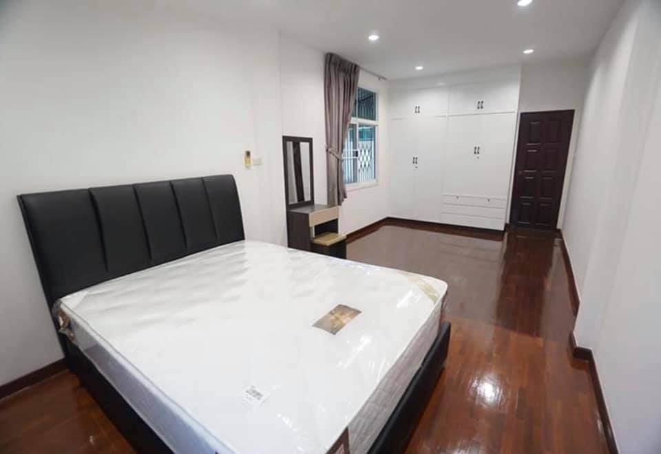 For RentTownhouseRatchadapisek, Huaikwang, Suttisan : BH644 Townhouse for rent, 3 floors, 4 bedrooms, 3 bathrooms, suitable for a large family or for making Airbnb, a village in Charoen Ratchadaphisek, next to MRT Rama 9, MRT, Cultural Center, Din Daeng, for rent, price 50,000 baht / month.