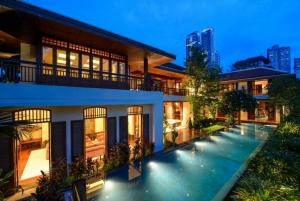 For RentHouseSukhumvit, Asoke, Thonglor : Rental / Selling : Luxury House with Full Set of Furniture and appliance  , Prompong BTS , 5 bed 5 bath , 820 sqm , 5 Parking Lot