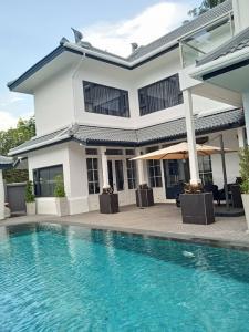 For RentHouseSukhumvit, Asoke, Thonglor : Rental / Selling : Luxury House with Full Set of Furniture and appliance  , Ekamai 19 , 4 bed 4.5 bath , 450 sqm , 2 Parking Lot