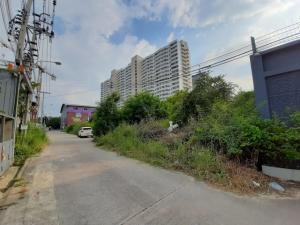 For SaleLandChengwatana, Muangthong : Land for sale 403 sq.wa., good location, Srisamarn Road, Pak Kret District, near Robinson Srisamarn