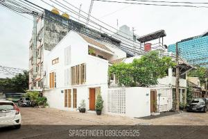 For RentTownhouseSukhumvit, Asoke, Thonglor : 4 Bedrooms TownHouse With small garden For Rent in Ekkamai Area