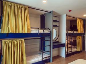 เช่าคอนโดรังสิต ธรรมศาสตร์ ปทุม : ขนาดห้อง 34.5 ตร.ม. ตึก B ชั้น 4 ห้องนอนมี 4 เตียง สำหรับ 4 คน 🛏 สัญญาเช่าขั้นต่ำ 1 ปี ล่วงหน้า 1 เดือน ประกันความเสียหาย 2 เดือน 💳 คีย์การ์ดเข้าห้อง 1 คน/ใบ
