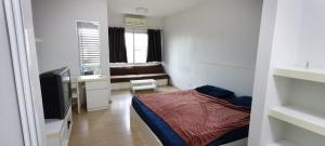 For RentCondoRama9, RCA, Petchaburi : Rent a large studio room, size 31 sq m, A-Space Asoke Ratchada.