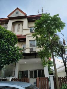 For RentTownhouseKaset Nawamin,Ladplakao : B741 3-storey townhome for rent. Ban Prinlak Village Soi Jam Chan Kaset Nawamin has 4 bedrooms, 3 bathrooms, corner house with a nice garden, rental fee 17,000 baht.