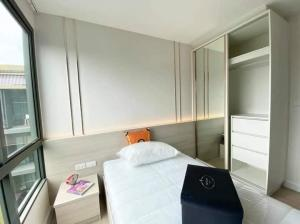 For RentCondoRatchadapisek, Huaikwang, Suttisan : Metro Luxe Rose Gold for rent, fully furnished, pool view, near BTS Saphan Khwai and MRT Sutthisan