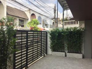 For SaleTownhouseSukhumvit, Asoke, Thonglor : Townhouse for sale Ekkamai 22, newly renovated, in the heart of the city, near BTS Phra Khanong