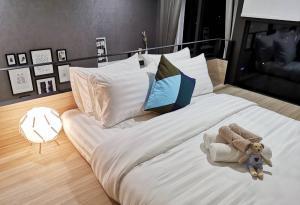 For RentCondoRama9, RCA, Petchaburi : For rent, Chewathai Residence Asoke 1b1b 40sq.m., the most beautiful room, price only 23,000 baht Tel 065-989-9065.