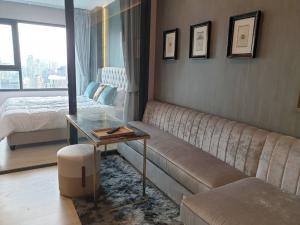 For RentCondoWitthayu,Ploenchit  ,Langsuan : Life One Wireless - 40th Floor - Living Room - Separate Kitchen