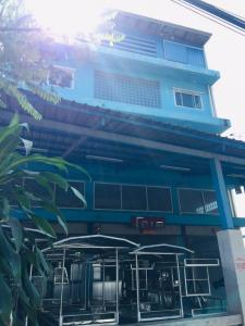 For SaleShophouseSamrong, Samut Prakan : Quick sale, 3.5-storey commercial building + thatched roof + warehouse