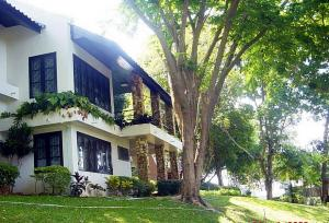 For RentHouseRayong : 4-storey detached house by the sea, Rayong, beautiful stone project, clear water area of 152.7 sq.wa, 4 bedrooms, 4 bathrooms, fully furnished.