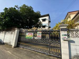 For SaleHome OfficeChengwatana, Muangthong : 3 and a half storey home office for sale, Chaengwattana 34, area 100 square meters, usable area of 300 square meters, parking for 8 cars.