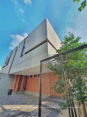 เช่าบ้านสุขุมวิท อโศก ทองหล่อ : Pet Friendly 3 + 1 Bedrooms House With Small garden For Rent in Ekkamai Area
