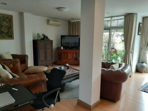For SaleHouseSukhumvit, Asoke, Thonglor : Two twin houses for sale can be converted into single houses in Ekkamai area, Sukhumvit 63, near Big C Ekkamai.
