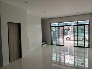 For RentTownhouseOnnut, Udomsuk : For rent, a brand new townhome, 22 square meters, usable area of 180 square meters, 3 bedrooms, 4 bathrooms, 4 air conditioners, remote doors, near BTS Udomsuk, rental price 2,5000 baht only.
