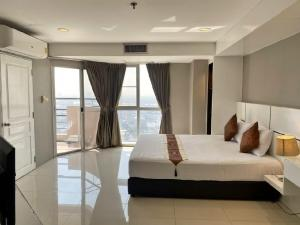 For RentCondoSukhumvit, Asoke, Thonglor : Condo for rent 600 m. to BTS Phrom Phong: 2 Bedrooms 2 Bathrooms for 85 sqm. on 43rd floor.With fully furnished and electrical appliances.Just 600 m. to BTS Ploenjit, 630 m. to Emporium, 400 m. to The first step International Kindergarten, 7