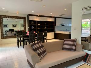 For RentCondoSukhumvit, Asoke, Thonglor : Mansion on Sukhumvit 31 for rent: 3 bedrooms 3 bathrooms for 193 sqm. with fully furnished and electrical appliances.Just 360 m. to Srinakarinwiroj University, 830 m. to The First Steps International Pre-School, 1 km.