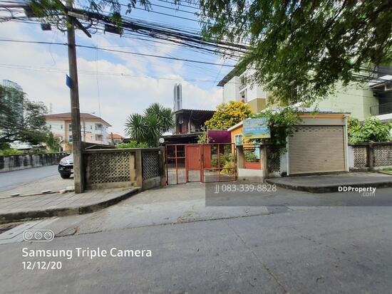 For SaleLandOnnut, Udomsuk : Land for sale in Sukhumvit 81 with 2-storey wooden house, corner plot, area 144 sq m, width 16 m, depth 34 m