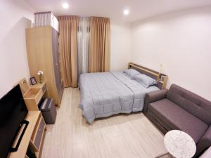 For RentCondoBangna, Lasalle, Bearing : Yearly rental, condo next to BTS Bangna, beautiful bridge view, studio room, fully furnished, there is a washing machine in the room.