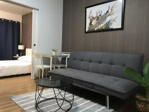 For RentCondoWongwianyai, Charoennakor : Cozy 1 bedroom apartment near BTS Wongwen Yai for rent 9,500 per month The Seed Sathorn - Taksin Size 33 sqm. 1 bedroom 1 Bathroom Fully furnished 6th floor 1 parking spot 200 meters to BTS Wongwen Yai Easy to assess to Sathorn and Silom road.