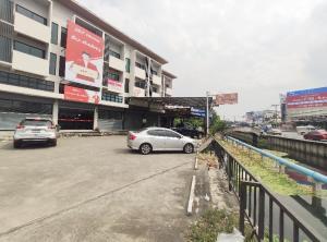 For SaleShophouseBangbuathong, Sainoi : Selling a commercial building, 3 floors, half, 30 square meters, near MRT Khlong Bang Phai, Bang Bua Thong, Nonthaburi.