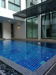 เช่าบ้านนานา : ให้เช่าบ้านเดี่ยว3ชั้น ย่านสุขุมวิท39 พร้อมสระว่ายน้ำส่วนตัว พร้อมเฟอร์นิเจอร์บิ้วอินน์
